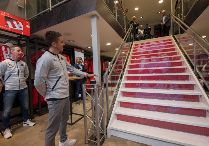 Mansveld Audio Video Controls en Megalux realiseren led trap voor PSV FANstore